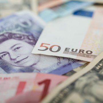 Kurs dolara nadal słaby. Sprawdzamy sytuację na kursie funta, euro i dolara