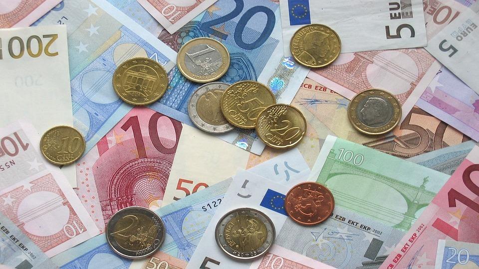 Kurs euro przed wakacjami spada do najniższego poziomu od roku