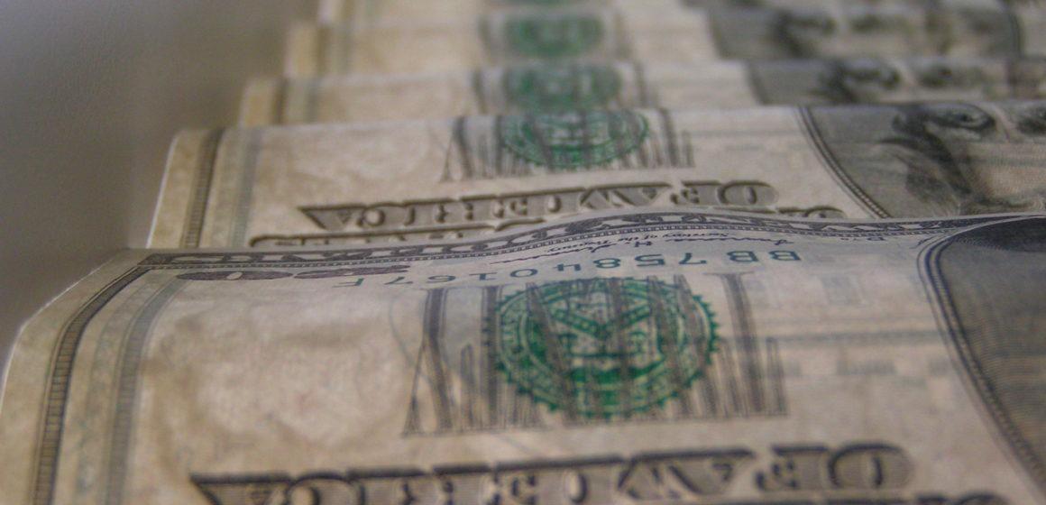 Zmarnowane szanse na rozruszanie rynku. Kurs dolara wciąż pozostaje silny