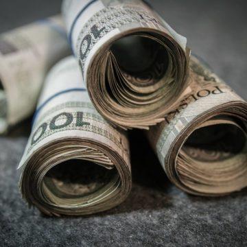 Kurs złotego czeka na payrolle. Dolar i euro umacniają się. Co dalej?