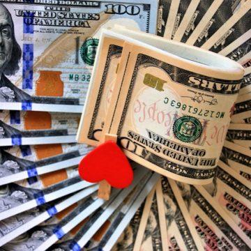 Kurs dolara tanieje przez spekulacje o mocniejszym cięciu stóp przez Fed
