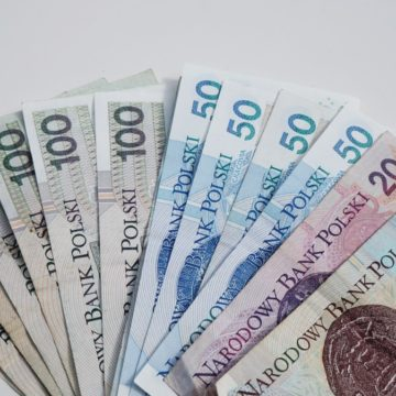 Kursy walut: Dolar w trendzie bocznym, Euro i Frank zyskują po spadkach. Funt rośnie w siłę!