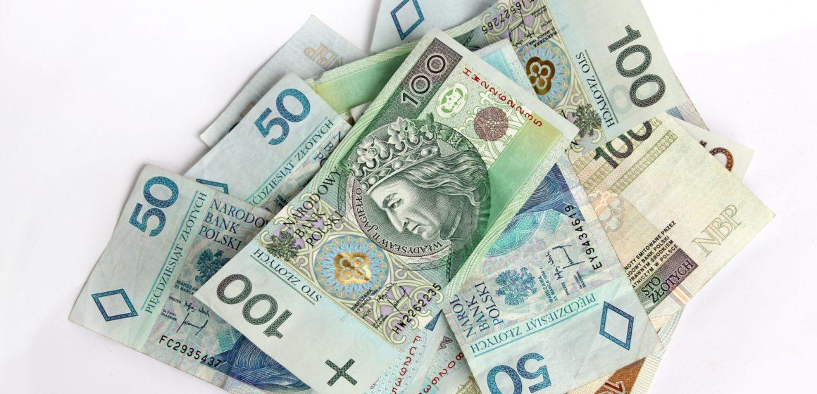 Kursy walut. Wartość Funta znacząco rośnie po wczorajszych spadkach. Kurs dolara i franka kontynuują trend spadkowy. Euro bez większych zmian
