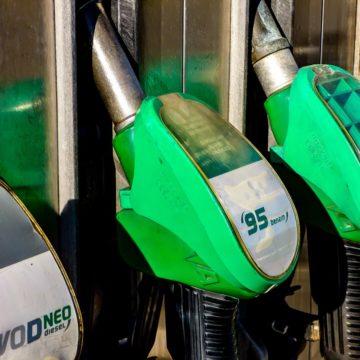 Odreagowanie notowań ropy naftowej po gwałtownej przecenie. Spadki na cenach kakao